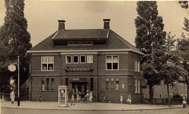 1950 BADHUIS MET SPELENDE KINDEREN