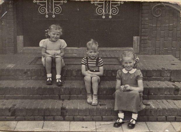 1950 INGANG BADHUIS, WAAR NOGAL EENS FAMILIEFOTOS WERDEN GEMAAKT, OP DEZE FOTO DE JONGSTE DRIE KINDEREN DIE IN HET BADHUIS WOONDEN